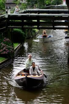 Rondvaartboot in de problemen in Giethoorn