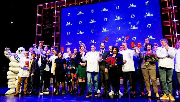 Groepsfoto met de koks en hun partners tijdens de presentatie van de Michelin Gids 2019. Beeld ANP