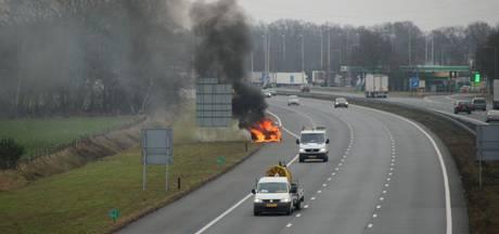 Auto volledig in brand op A1 bij Holten