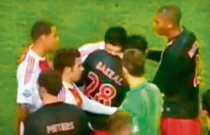 Luis Suárez bijt Bakkal.