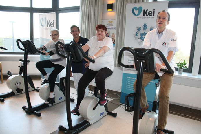 Werelddag COPD ook in KEI Oostduinkerke. Foto: patiënten Cecile Gurdebeke en Mia Couckuyt samen met kinesist Karel Ternier en hoofdgeneesheer Harri Monbailliu