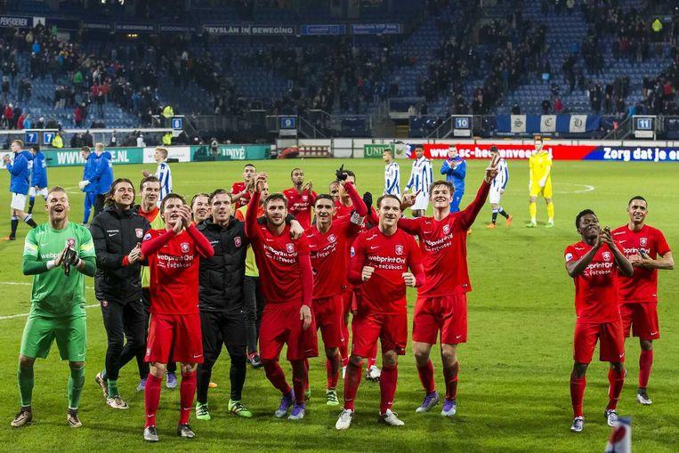 Spelers vieren feest na de overwinning op SC Heerenveen. Beeld anp