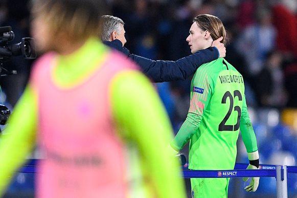De Genkse doelmannentrainer Guy Martens ontfermt zich over Vandevoordt.