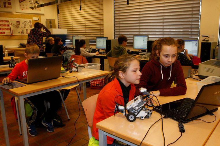 De leerlingen leren hoe ze moeten programmeren.