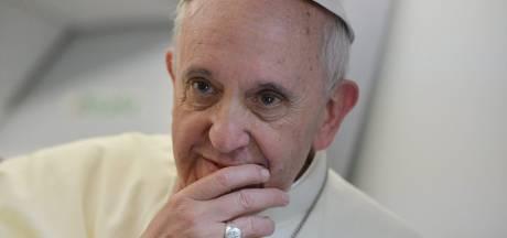 Vaticaan start onderzoek na like van paus bij pikante foto Braziliaans model