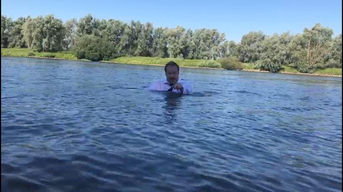 Wethouder Hans Olthof maakte een ludieke video. Het water staat Olst-Wijhe tot aan de lippen, roept hij uit.