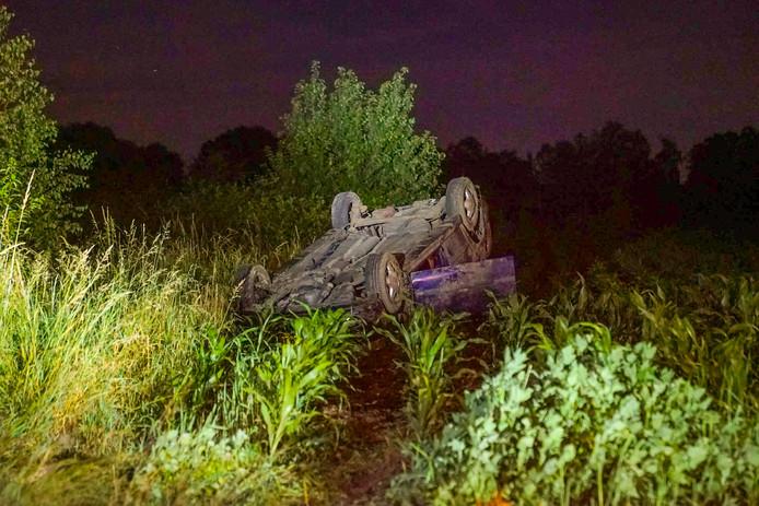 Auto belandt in weiland, bestuurder spoorloos