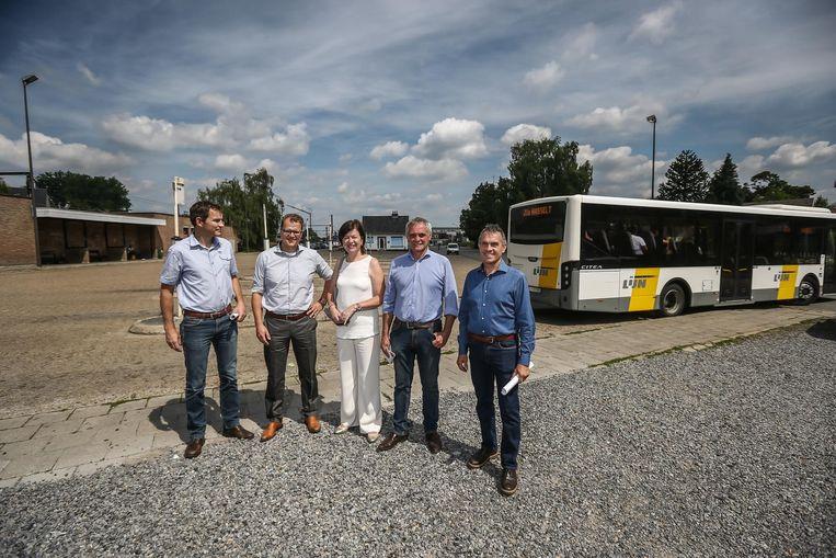 Bart Jorissen, Wim Claes, Frieda Brepoels, Guido Cleuren en Walter Bollen aan het stationsplein.