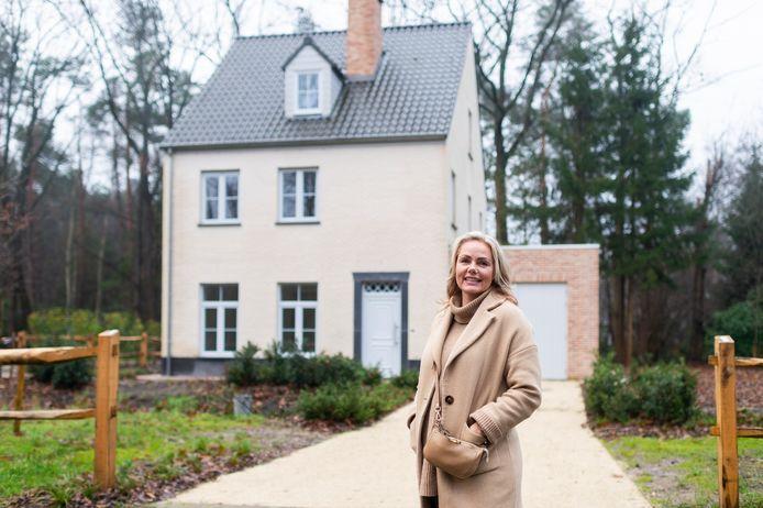 Nerena Ruinemans van Claessens Makelaars voor een van de woningen in de Kinderwelzijnstraat.