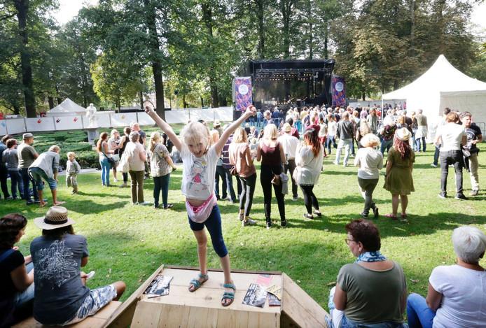 Het festival Breda Barst in het Valkenbergpark in Breda. Het veld bij het Inpettopodium loopt aardig vol tijdens het eerste optreden daar van Noblesse. Foto: Joyce van Belkom/Pix4Profs