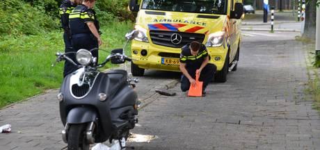 Scooterrijder gaat onderuit over losliggende tegels in Breda