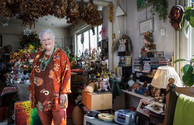 Margriet de Zwart in haar woning: 'Dit is echt mijn stek, met al mijn spulletjes.' Beeld Dingena Mol