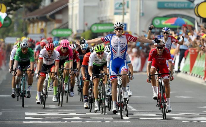 De Fransman Arnaud Démare was de sterkste in de sprint in etappe 18.