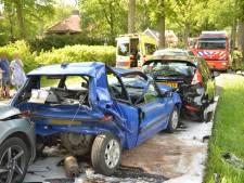 Kettingbotsing in een bescheiden straat in Eefde: gewond en auto's in de kreukels