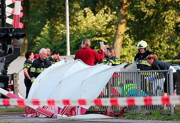 Een van de twee zwaargewonden krijgt de eerste hulp toegediend. Vier kinderen overleefden de aanrijding niet.