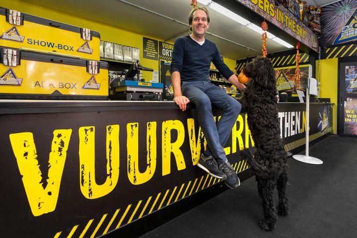 Gilbert Verheijen in zijn winkel op Orthen waar de schappen door het vuurwerkverbod ongekend leeg blijven.