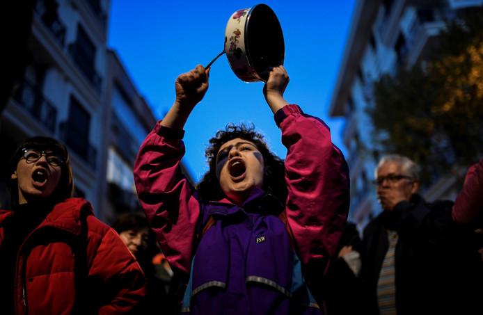 Demonstranten in Besiktas zetten hun kritiek op het verloop van het referendum kracht bij.