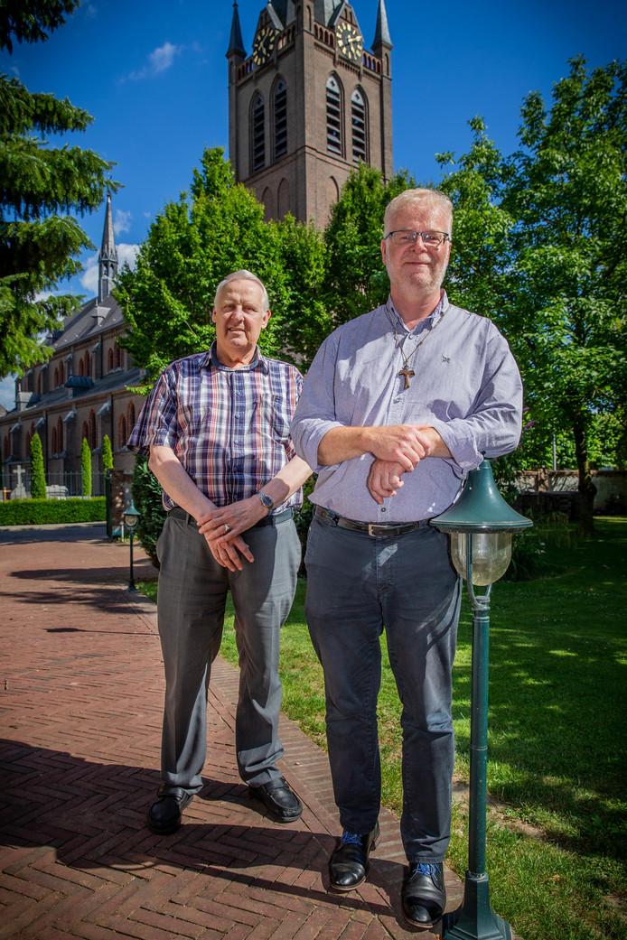 Harry van Dooren en Ruud Roefs voor de Corneliuskerk.