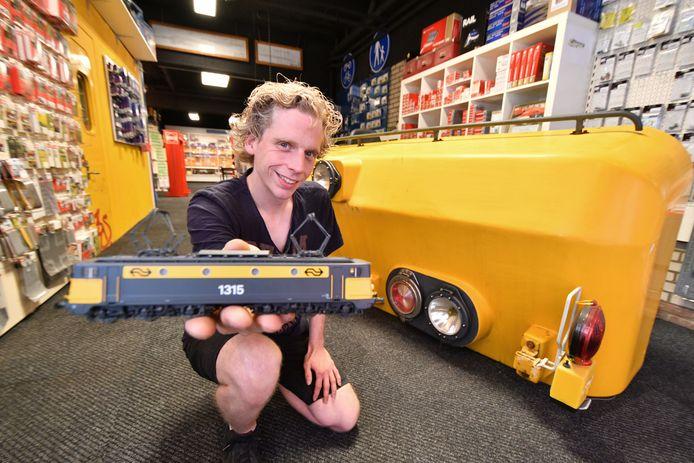 Modelbouwwinkel Pijp-Lines in ander pand en nieuwe eigenaar Manuel van der Wal.