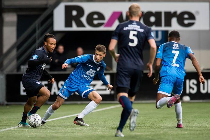 Heracles-middenvelder Lucas Schoofs (tweede van links) werd tegen Heerenveen uitgeprobeerd als rechtsback.
