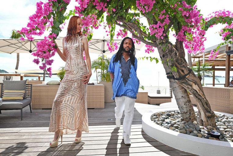 Tafari oefent met een model en brengt de laatste details aan in zijn kleding. Beeld Guus Dubbelman / de Volkskrant
