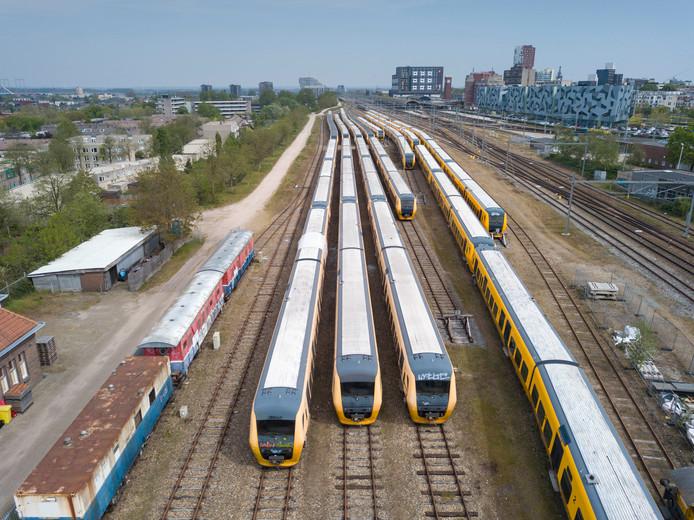 NS terrein naast Graafsebrug met treinen.