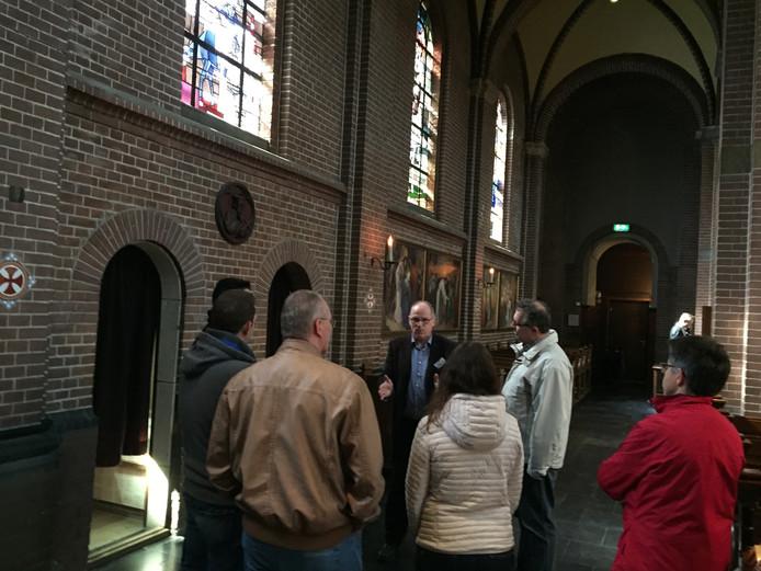 Wim Schigt leidt belangstellenden rond langs alle beeltenissen in de kerk
