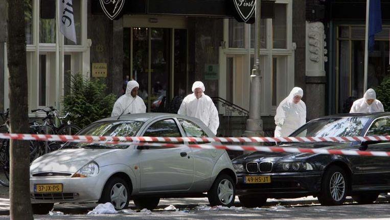 De technische recherche verricht sporenonderzoek bij het kantoor van vastgoedhandelaar Willem Endstra aan de Apollolaan in Amsterdam in 2004. © ANP Beeld