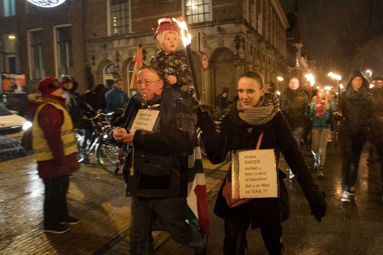 Deelnemers aan een fakkeloptocht door het centrum van Groningen in januari. Beeld ANP