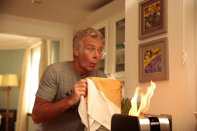 """Le père de famille dans """"Dix jours sans maman"""" est incapable de se faire griller des tartines sans mettre le feu à la maison."""