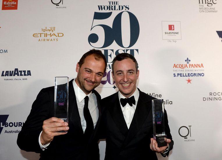 Daniel Humm en Will Guidara van Eleven Madison Park met hun prijs voor beste restaurant ter wereld. Beeld afp