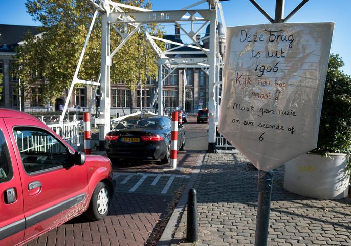 Een omwonende heeft een bord opgehangen om automobilisten tot de orde te roepen. Het is er extra druk omdat de brug bij de J.P. Coenstraat dicht is. De auto's gunnen elkaar geen voorrang met als gevolg getoeter en scheldkanonnades.