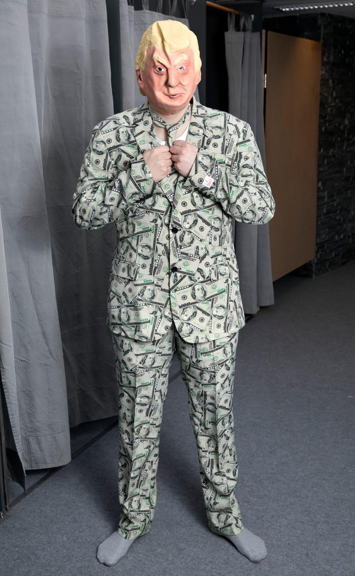 Donald Trump, behangen met dollars.