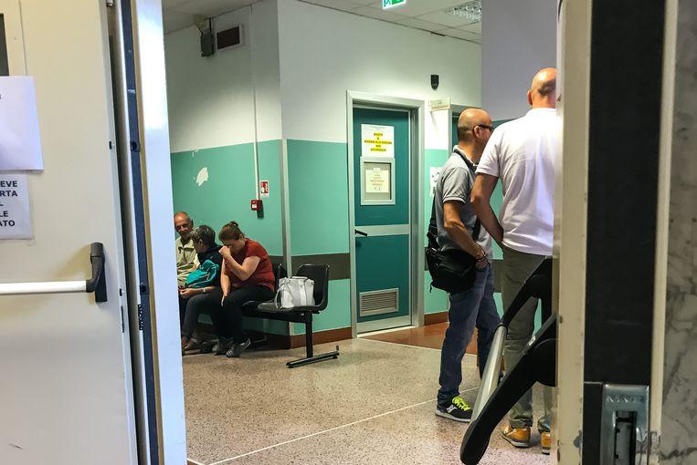 In het universitair ziekenhuis San Martino wachten familieleden op nieuws van hun dierbaren.
