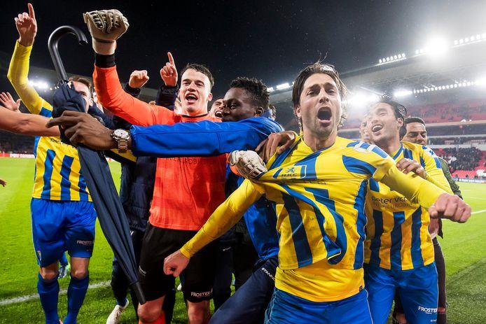 RKC Waalwijk viert feest nadat ze PSV hebben uitgeschakeld in de beker.