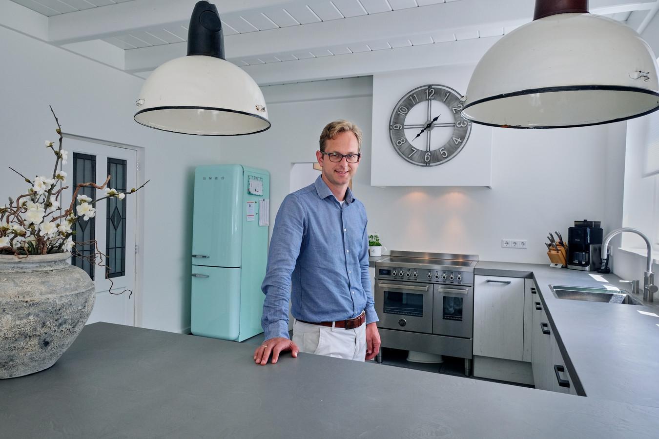 Linco Nieuwenhuyzen in de nieuwe aanbouw waar de keuken en eetkamer te vinden zijn.