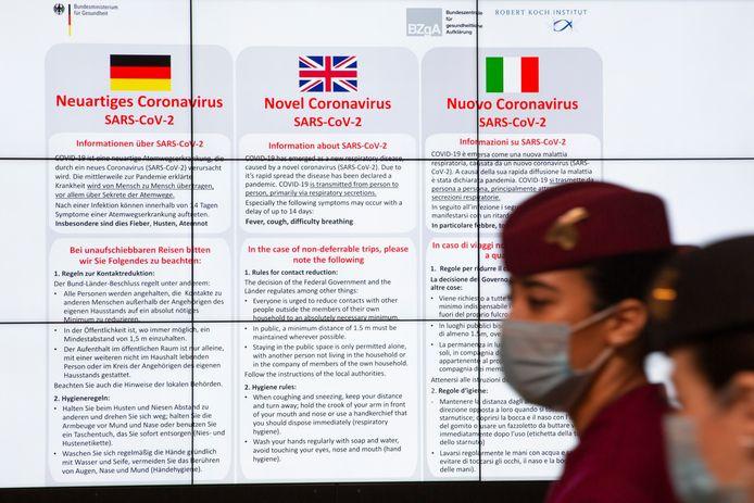Corona-informatie op het vliegveld van Berlijn.