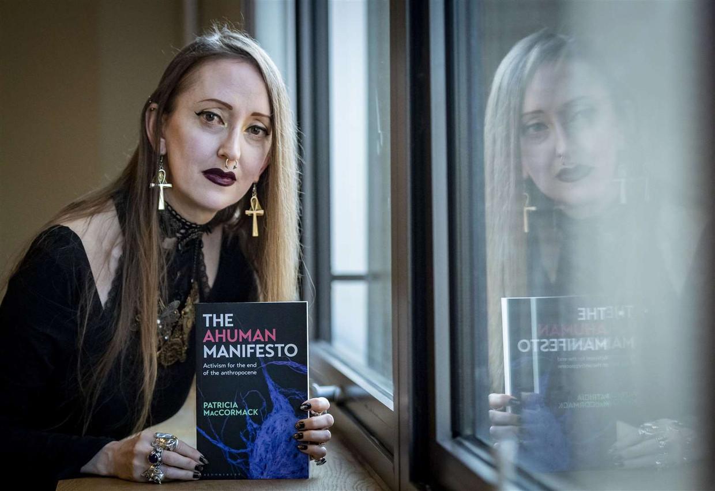 Patricia MacCormack met haar boek 'The Ahuman Manifesto'.