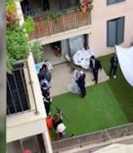 Des voisins assistent à un mariage depuis leur balcon à Tel-Aviv