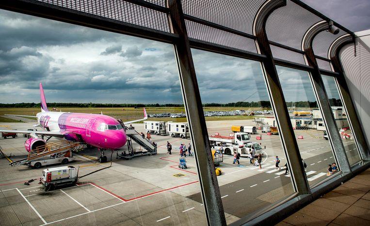 Een vliegtuig van de Hongaarse prijsvechter Wizz Air op luchthaven Eindhoven Airport. Beeld anp