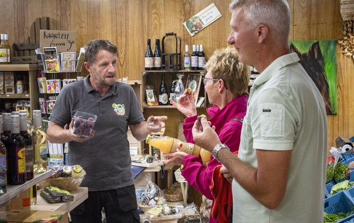 Het is druk in boerderijwinkel De Kruisbrink in Toldijk. Eigenaar Dick Garritsen verkoopt 30 tot 40 procent meer dan andere jaren.