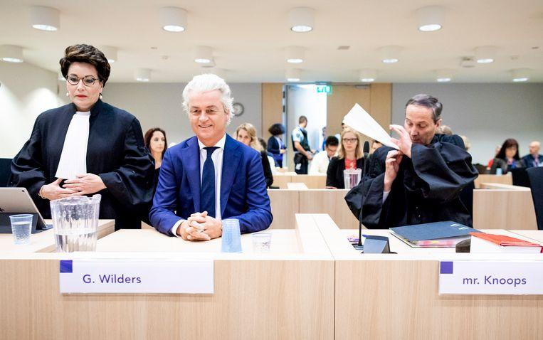 Geert Wilders samen met zijn advocaten bij aanvang in de rechtbank. Beeld Freek van den Bergh/de Volkskrant