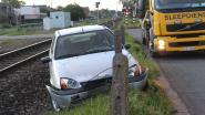 Geluk bij ongeluk: wagen crasht naast spoor, maar treinverkeer lag al stil (en bestuurder is er niet erg aan toe)