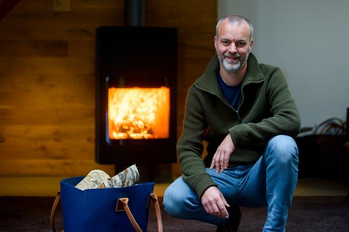 Bart Leenders, houtkachelfabrikant/verkoper voor één van de moderne houtkachels in zijn showroom.