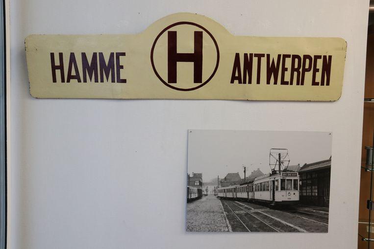 De tentoonstelling kan ook rekenen op heel wat originele stukken, zoals het bord dat op de tram stond.