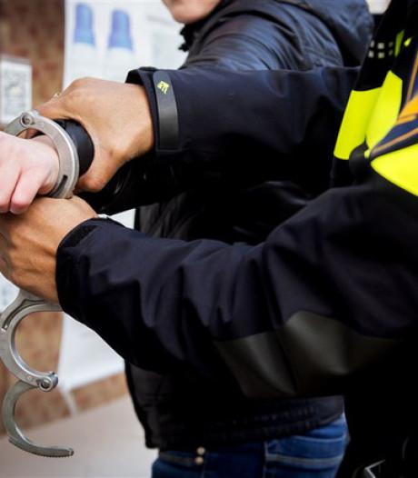 Familielid van man (20) uit Asten belemmert aanhouding: politie bekeurt beiden