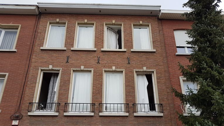 De drie ramen werden er volledig uitgeblazen, maar voor de rest bleef alles vreemd genoeg intact.