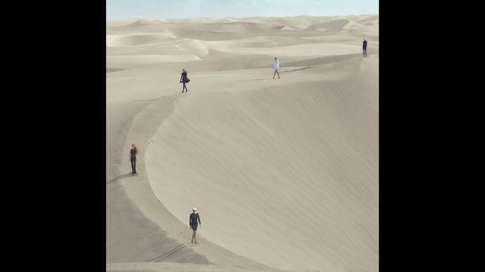 Pour son dernier défilé, la maison de Haute Couture Saint Laurent a fait marcher ses mannequins seules, dans le désert.