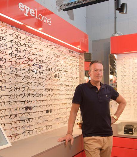 Bekende cadeauwinkel in Hengelo gaat dicht, eigenaar gaat verder met brillenzaak