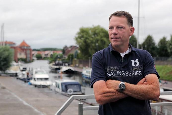 Vanuit het nieuwe havenkantoor heeft havenmeester Dirk-Jan van Weezel prima uitzicht op de haven. foto Chris van Klinken/pix4profs